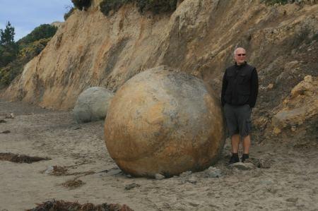 Hinter Palmerston finden wir am Strand diese riesigen, runden Felsbrocken (boeraki-boulders)