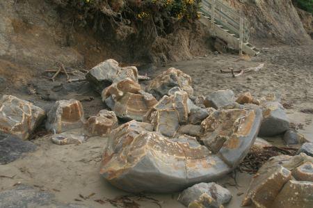 Wunderbare Maserungen kommen bei den zerbrochenen Felsen zum Vorschein.