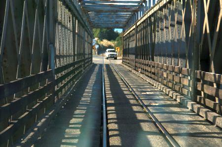 hier kommt eine (von vielen) einspurigen Brücken, durch die auch der Zug fährt.
