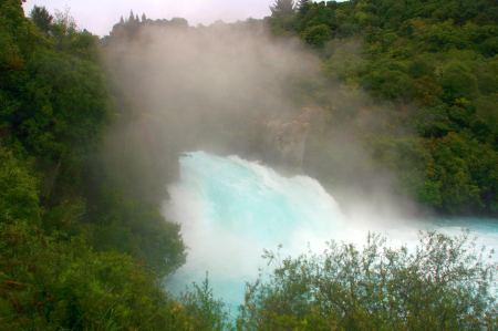 Das blaue Wasser rauscht durch den Kanal und wird zum Wasserfall, der sich über eine 11 Meter lange Klippe ergießt.
