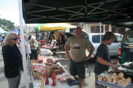 Ostermontag - Farmersmarkt in Kerikeri - beim deutschen Metzter gibt es Bratwurst vom Grill mit Sauerkraut.