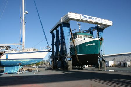 große Fischerboote werden Zug um Zug zu Wasser gelassen.