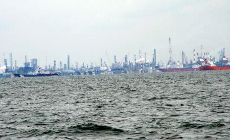 ... in die Johor Strait. Dort geht es an vielen Anklerliegern und  ...