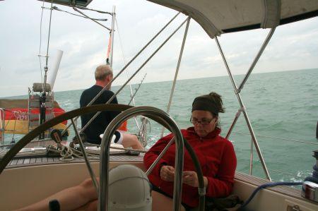 Jaap angelt, Juliane spielt. So gehen die Tage auf See dahin.