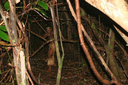 Noch mal besuchen wir ein Dorf, in dem uns Einheimische von Ihren Lebensgewohnheiten erzählen. Nach einem kurzen Weg durch dichtes grün werden wir zur Begrüßung von diesem Mann mit lautem Geschrei erschreckt.