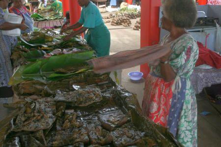 Tarowurzel gekocht und püriert wird hier auf Bananenblättern serviert mit Fisch, Hühnchen oder Bananen.