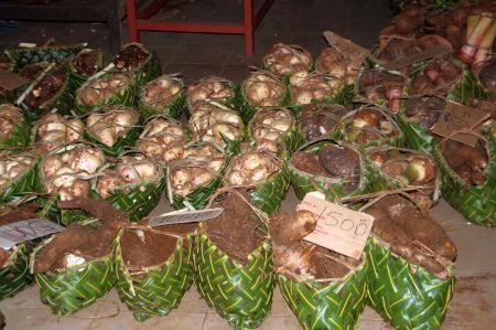 Yamwurzeln und süßte Kartoffeln werden in diesen handgeflochtenen Körbchen verkauft.