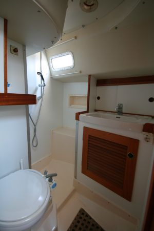 Bad achtern mit seperater Dusche
