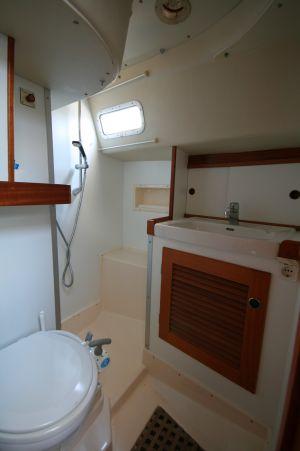 Bad achtern mit seperater Duschkabine