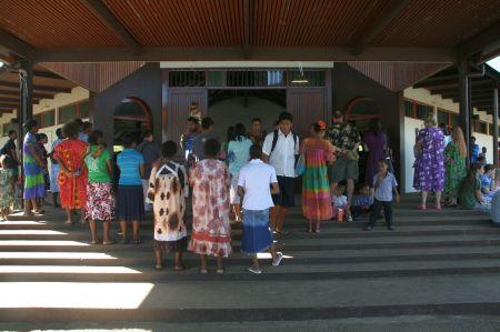 Die Kirche beginnt um 8:30 Uhr. Als wir ankamen war die Kirche bereits übervoll und viele Menschen hörten von draußen zu.