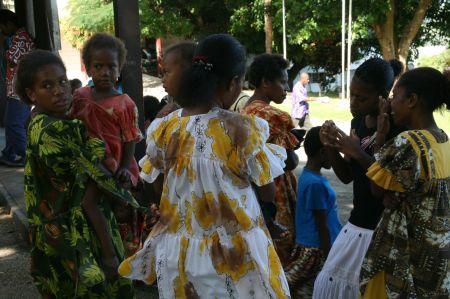 Frauen und Kinder in schönen Sonntagskleidern.