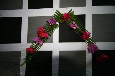 und frischen Blüten dekoriert.