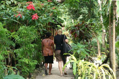 Die kleinen Bungalows stehen in einem paradisisch bewachsenen Garten.