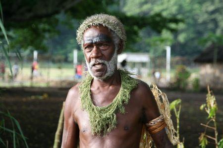 Vor einer Kawabar hält uns dieser alte Mann an und unterhält sich mit Sam.  Während dessen schaut Rüdiger mal in die Hintertür der Kawabar und entdeckt ....