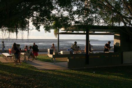 Auch für Jedermann gibt es auf gepflegten Wiesen große Grills, die mit Gas betrieben werden. Daneben Tische laden zum Picknick im Freien ein.