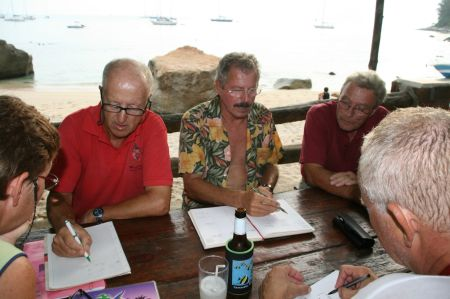 Es wird genau besprochen, wie wir uns auf der Fahrt durch den Golf von Aden verhalten.