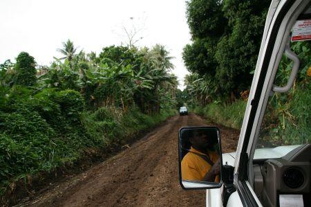 Langsam werden die Straßen schlechter und holprig, der Vulkan kommt näher.