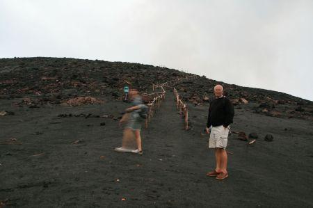 leider ein bisschen verwackelt wegen der beginnenden Dunkelheit. Die letzten 100 Meter zum Kraterrand gehen wir zu Fuß.