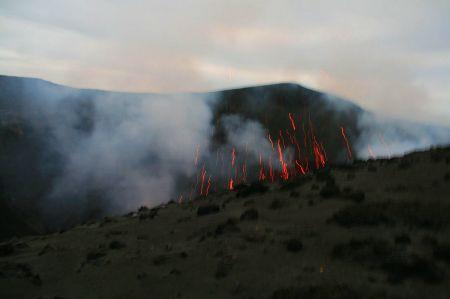 Es brodelt und zischt. Der Vulkan spuckt glühende Lavabrocken in die Höhe.