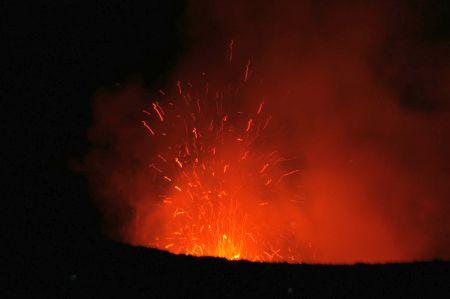 Nur hier auf der Welt kann man eine aktiven Vulkan aus einer so kurzen Distanz beobachten.