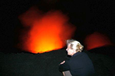 Lange sitzen wir in der Dunkelheit am Kraterrand.
