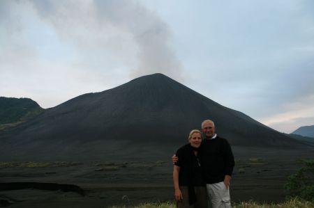 Erinnerungsfoto - Rüdiger und Eva vor dem ..... Vulkan.