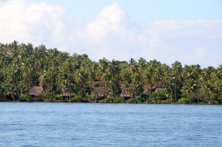 Kleine Hütten entlang der Küste Richtung Savu Savu.