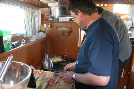 Michael arbeitet hart an seinem Aufstieg von der Küchenschippelhilfe zum Hilfskoch.