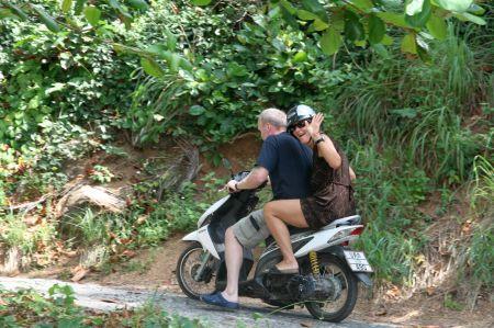 Jaap erkundet die Insel per Moped und nimmt Eva zu einer kleinen Fahrt mit.