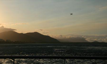 Blick über die Hafenmauer der Marina. Das Wasser zieht sich bei Ebbe weit zurück. Im Watt ....